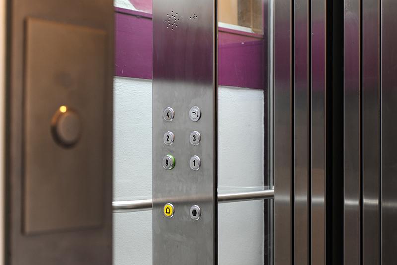 1.-ascensor-con-botonera-en-acero-ascensor-en-zaragoza-instalacion-de-ascensor-en-zaragoza
