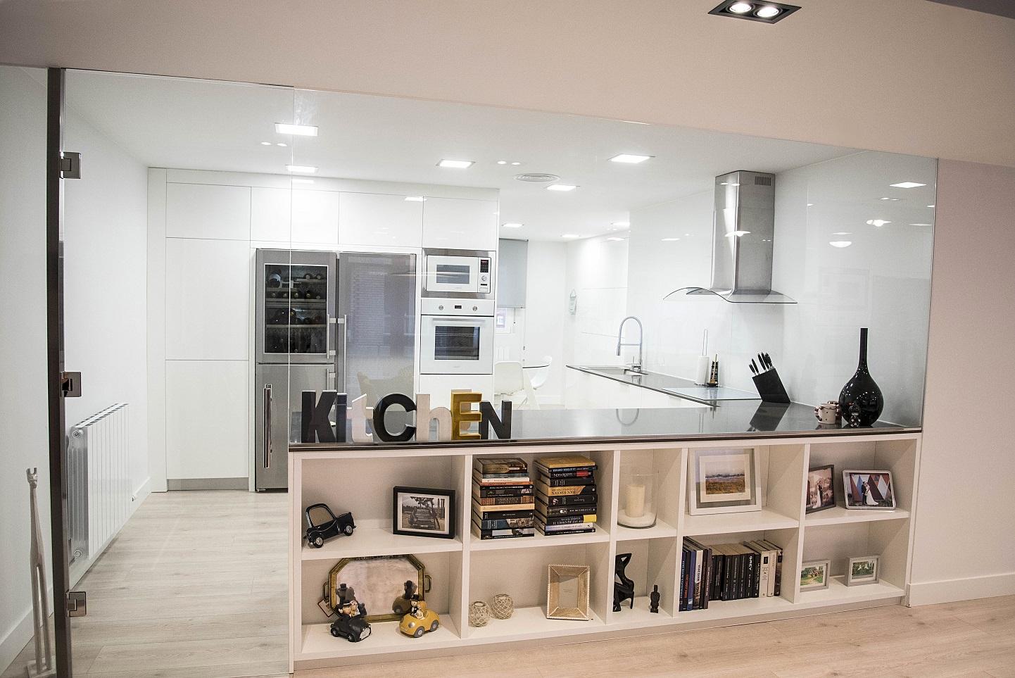 cocina-acristalada-en-vivienda-de-diseño-en-zaragoza