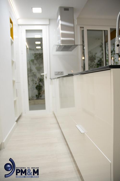 cocina-diseño-en-zaragoza.-peninsula-blanco-con-campana-decorativa