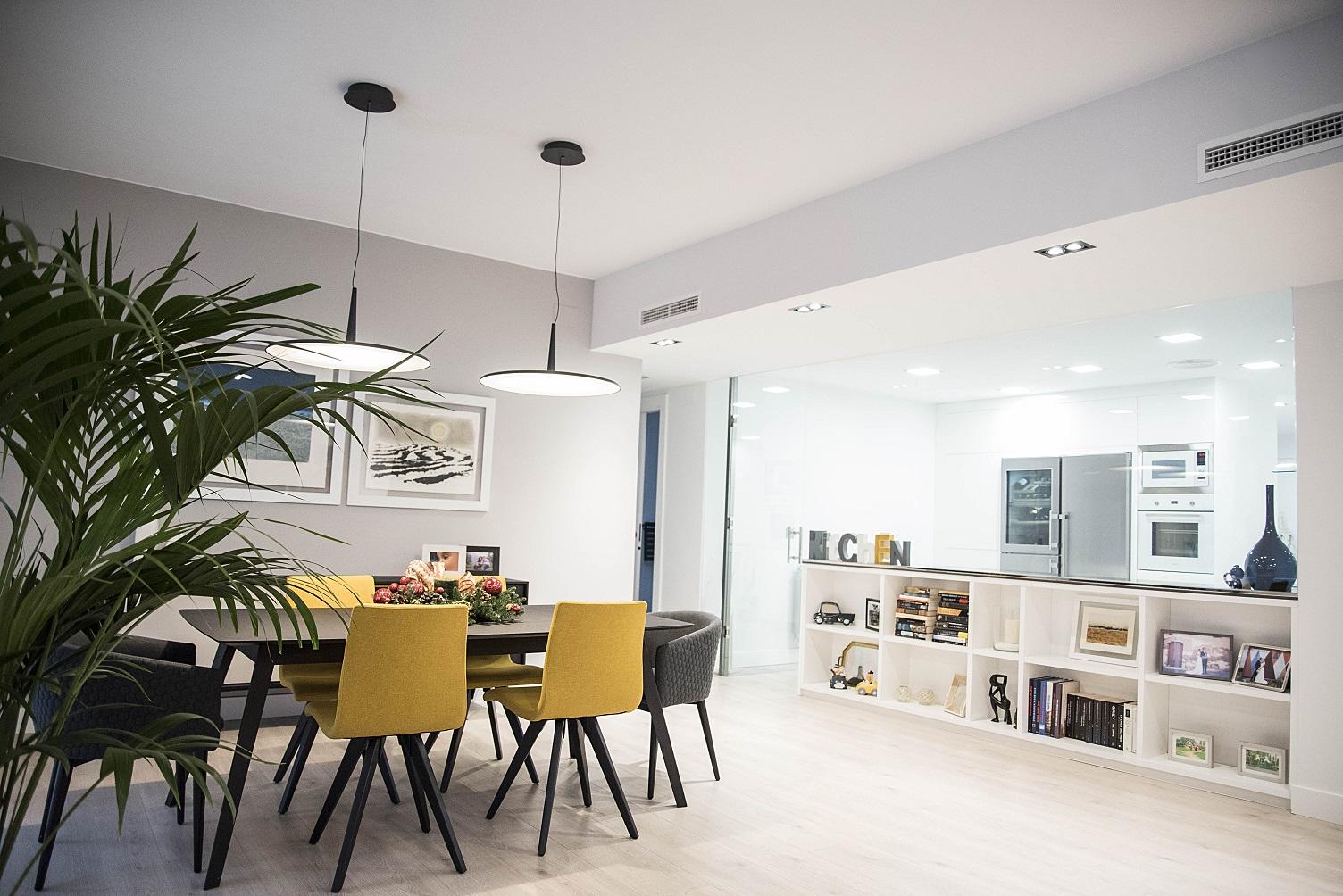 comedor-con-cocina-acristalada-vivienda-diseño-zaragoza