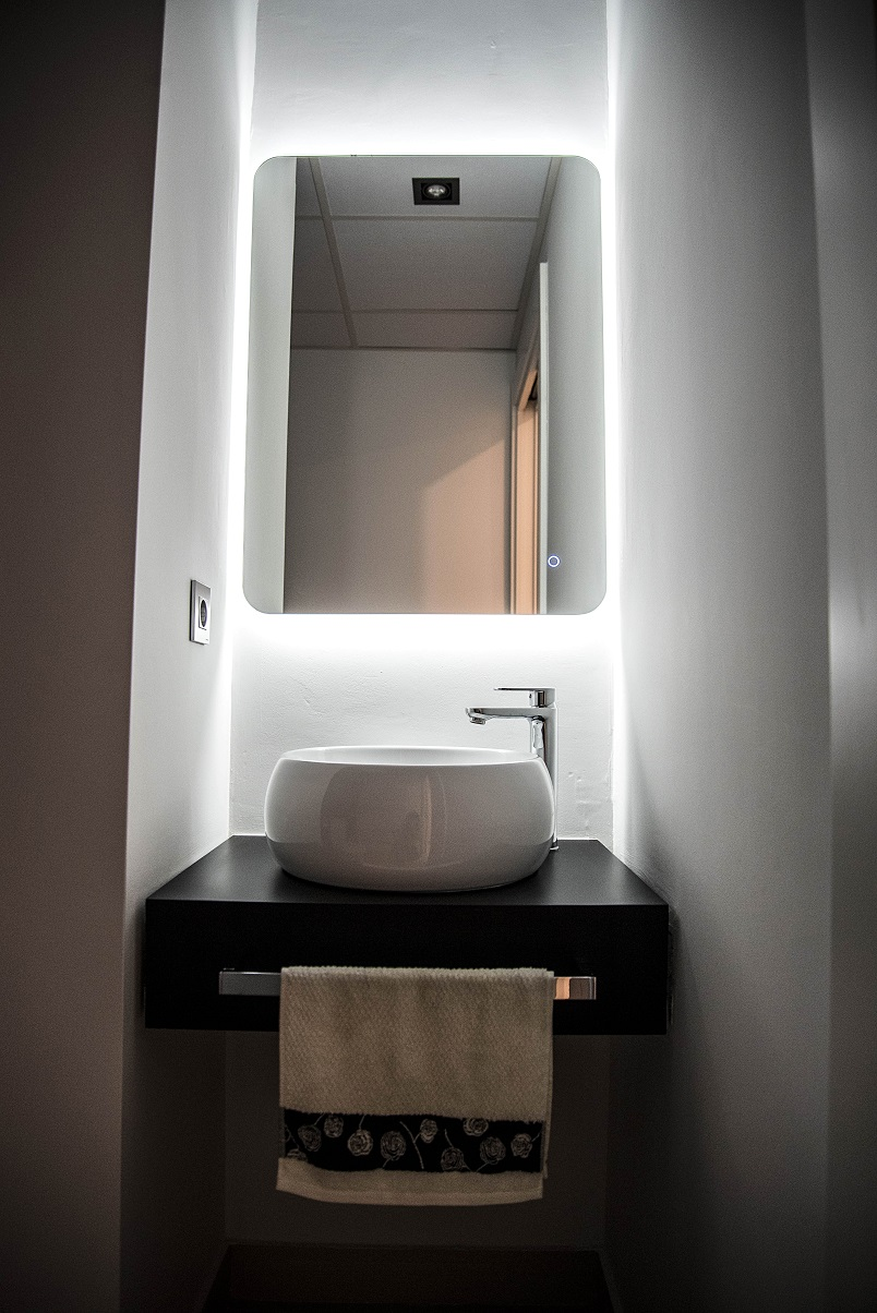 lavabo-con-espejo-retroiluminado-zaragoza-diseño