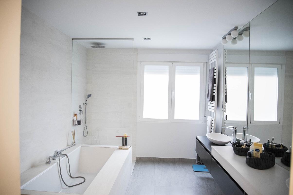 sala-de-baño-con-bañera-y-ducha.-rociador-lluvia.-dos-lavabos-en-zaragoza-diseño