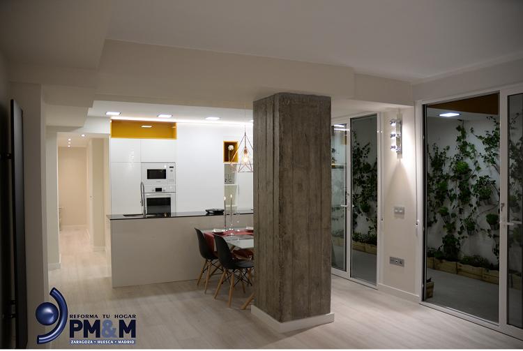 salon-pilar-visto-en-cemento-vivienda-con-diseño-diferente-en-zaragoza