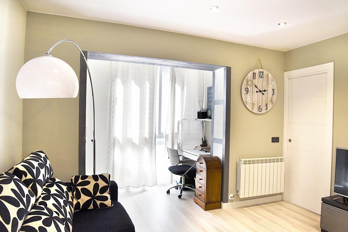 salon-con-zona-de-estudio-puertas-laca-blanca-zaragoza