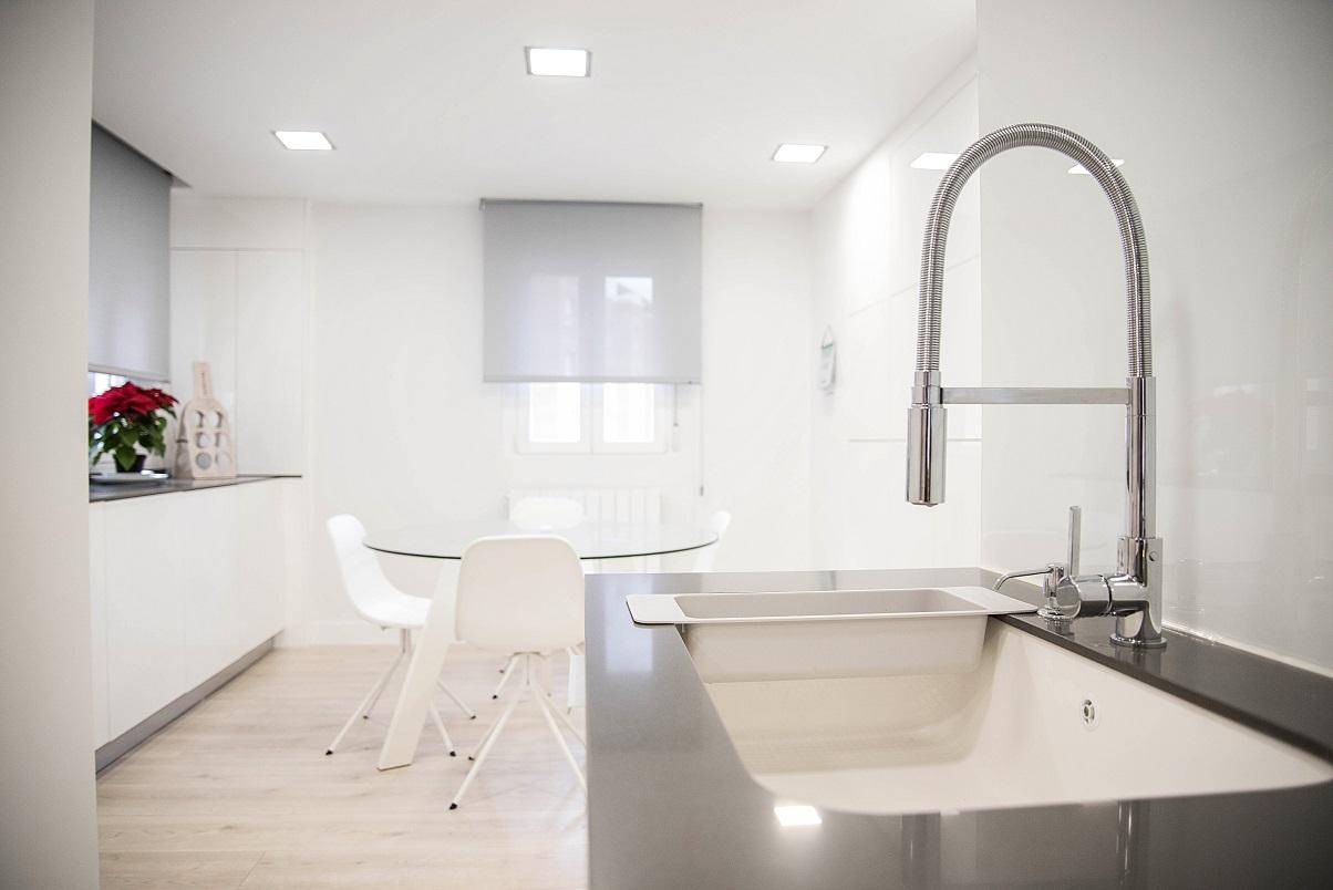 vivienda-diseño-zaragoza.-silestone-gris-muebles-luxe-blanco-birllo
